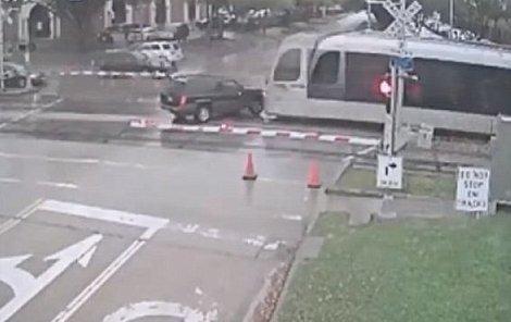 Drtivý náraz smetl auto...