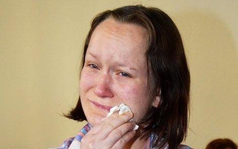 Krkavčí matka Petra D. se po vynesení rozsudku rozplakala. Sama však odsoudila dítě k smrti bez problému.