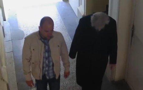 Podvodník (vlevo) s okradeným seniorem.