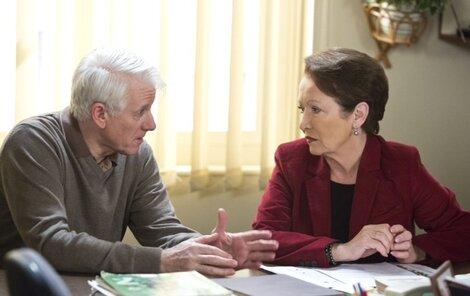 Miriam (Hana Maciuchová) propadá kouzlu kriminalisty Kadlece (Emil Horváth) stále víc.