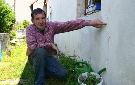 Eduard Petrides ukazuje na domě praskliny způsobené zemětřesením.