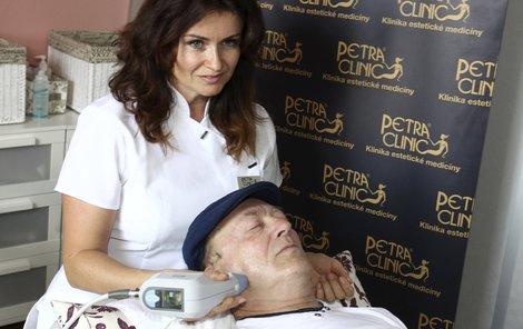 Janda si užívá péči odbornice.