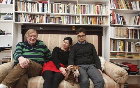 Režisérův pokoj je vybavený velkou knihovnou. Syn Vítek (22) tráví většinu času v zahraničí, studuje politické vědy v Paříži.