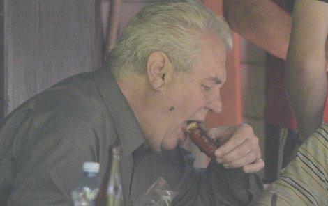 Prezident dobře pojedl i popil.