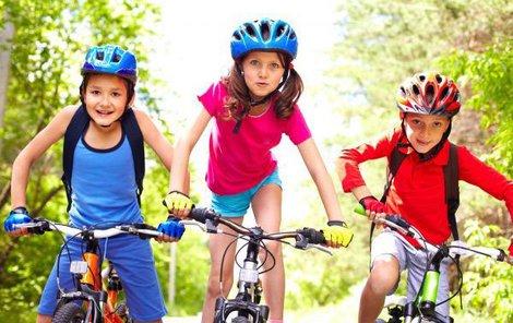 Bez přilby své děti na kolo rozhodně nepouštějte