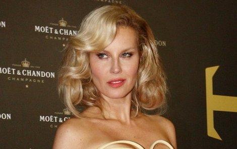 Simona Krainová v rafinovaném modelu, velý rozparek byl pojištěný sukýnkou pod šaty.