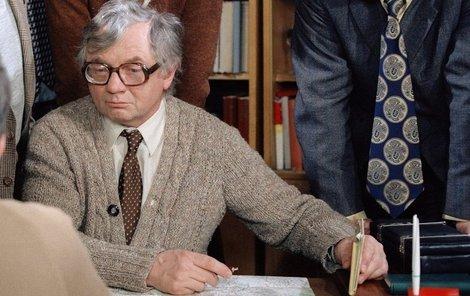 V pěti dílech se objevil s jinou než hnědou kravatou s puntíky.
