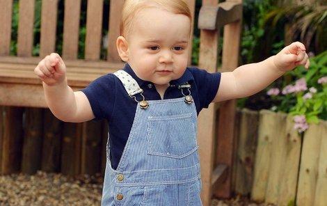 Prince George si předchází celá královská rodina