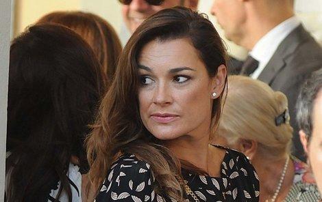 Tak kde je nějaký krasavec? Alena Šeredová vypadala na svatbě trochu jako na lovu.