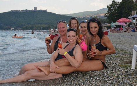 Přípitek na pláži chutnal božsky. Zprava hostitelka Sotira Margaritopulu, Kamila Špráchalová, Iva Kubelková, Vendula Křížová a vzadu Pavla Vitázková.
