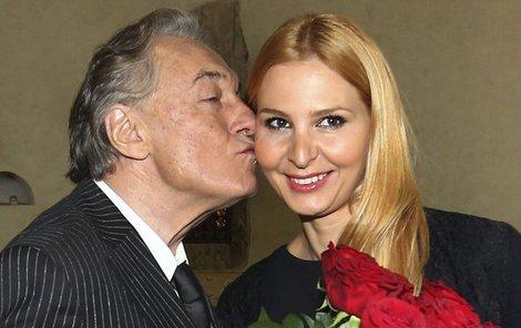 Odměnou za ukončení studia bylo pro Ivanu políbení a kytice rudých růží od Karla.