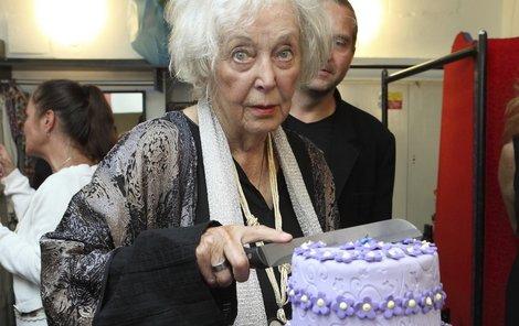 Květa Fialová rozkrojila třípatrový stylově fialový dort.