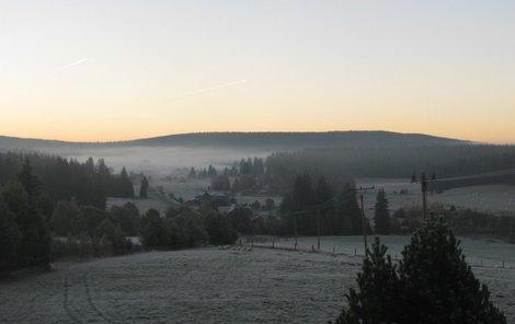 Na Horské Kvildě na Šumavě byla včera ráno pořádná jinovatka.