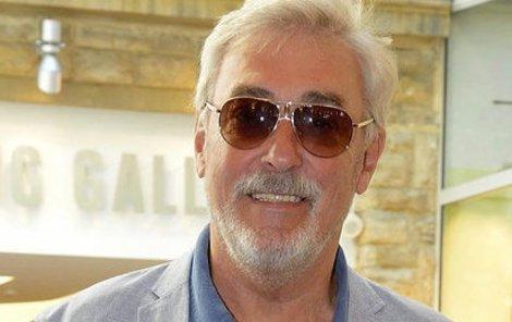 Jan Rosák neviděl na levé oko. Po operaci musel nosit sluneční brýle.
