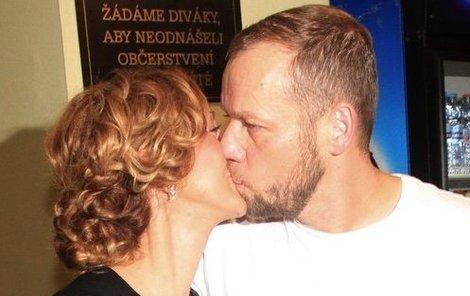 Svou lásku k ženě dává Filip Blažek najevo i na veřejnosti.