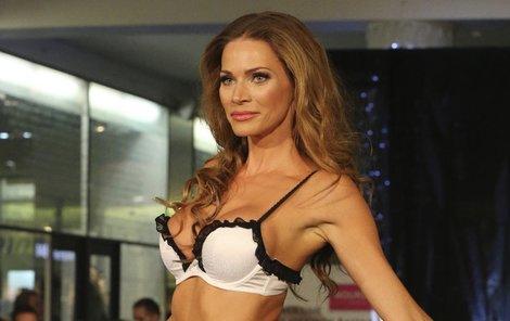 Nenechte se zmást, to není Andrea Verešová, ale zřejmě její duch. Modelka přece před půlrokem s předvádním prádla navždy skončila.