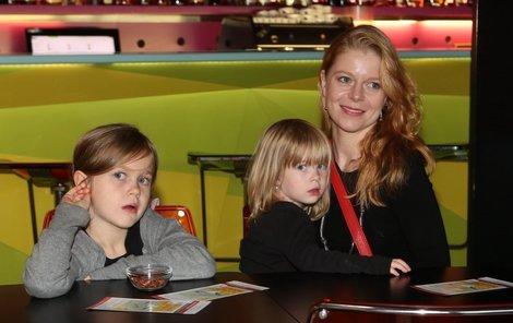 Monika Zoubková s dcerami Emmou a Stellou-Marií