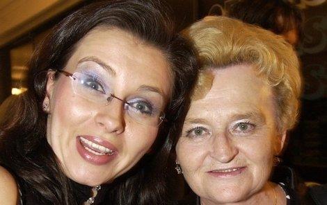 Dana s maminkou Miloslavou, která je stále s ní i po smrti.