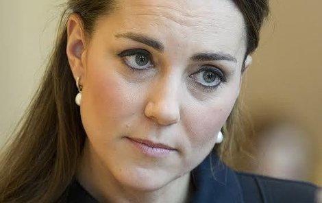 Královna už neví, co by si na Kate vymyslela...