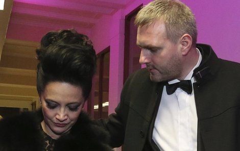 Při odchodu z galavečera musel zpěvačku podpírat její partner Petr Makovička.