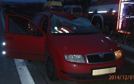 Kolo skončilo na střeše auta a zabilo řidiče.