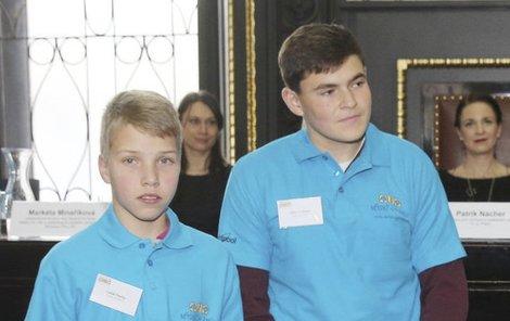 Lukáš Paulus a Libor Ortbauer přebrali ceny od partnerů projektu a šek na 10 tisíc korun pro svou školu.