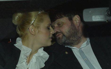 Konečně sami. Nejdřív něžné políbení...