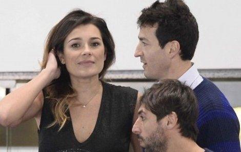 Milenci. Alena a Alessandro na tribuně při duelu Italů ve vodním pólu.