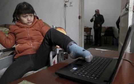 Na počítači píše Číňanka jen palcem levé nohy.
