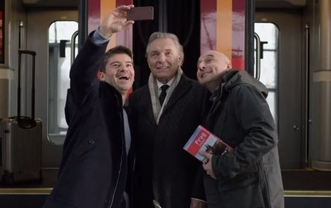 Karel si se svými obdivovateli udělal selfie.