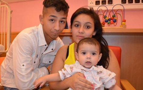 Anička s rodiči, kteří jsou jí v nemocnici stále nablízku.