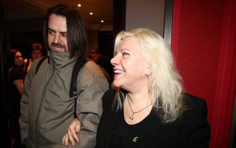 Maskovaný Zdeněk Macura dorazil se svou kamarádkou Marií Pojkarovou.