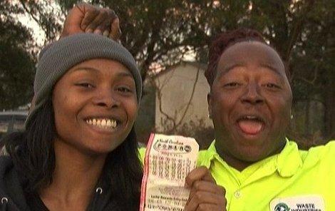 Šťastná máma ukazuje výherní los. Víte, že tato výhra je 5. největší v historii loterie Powerball?