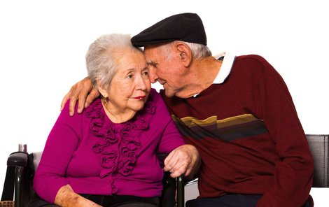 Pacienti postupně ztrácejí paměť a později nepoznávají ani své blízké.