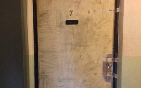 Za těmito dveřmi ji příbuzní našli.