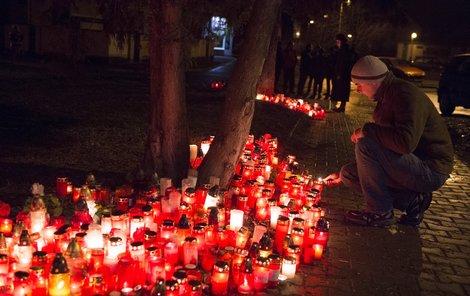 Na pietním místě za oběti masakru neustále hoří svíčky.
