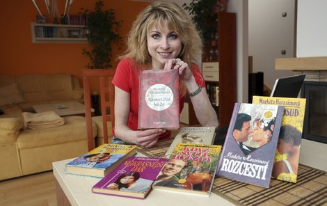 Markéta Harasimová s částí svých knih, které má na svědomí deprese.