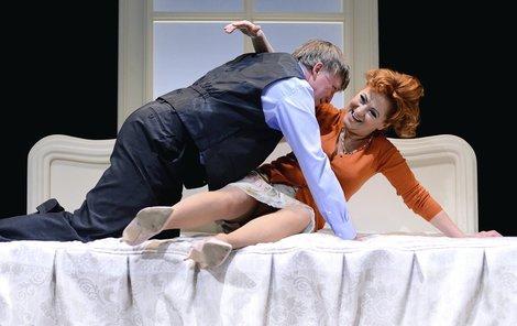 V postelových scénách s Dlouhým předvádí svůj temperament.