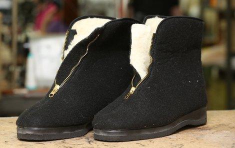 Výroba jednoho pár legendárních botek trvá zhruba půl hodiny.