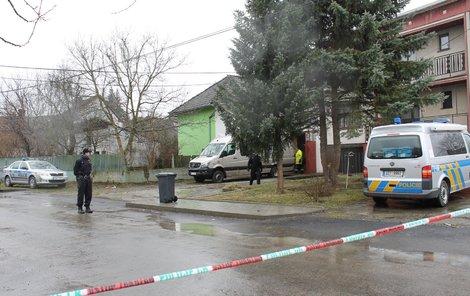 Policisté před domem, na jehož zahradě našli mrtvolu.
