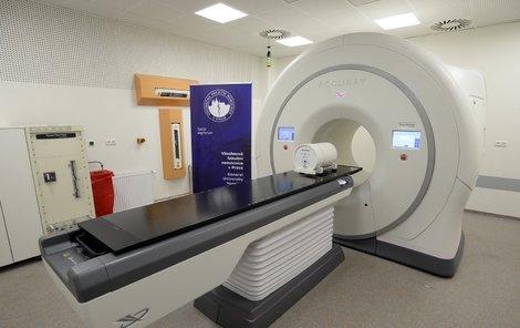 Přístroj dokáže ozářit nádor ze všech směrů.