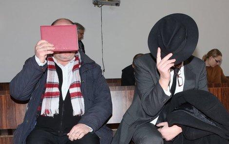 Oba muži ukrývali tvář.