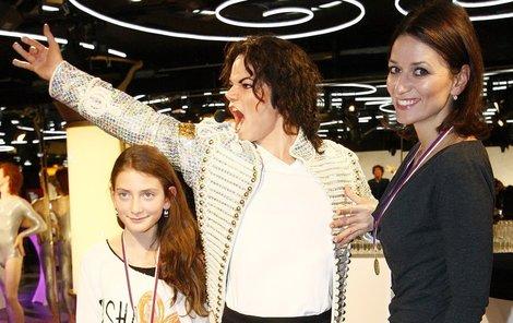 Adéla a Nellinka s voskovým Michaelem Jacksonem.