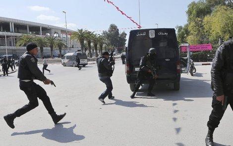 Policie na islamisty zhruba po dvou hodinách zahájila útok.