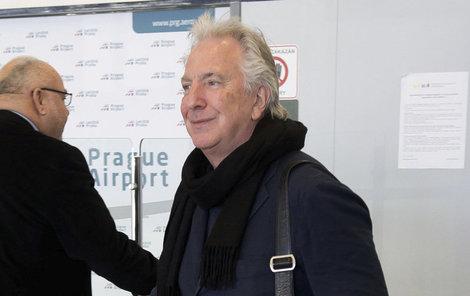 Alan Rickman přiletěl do Prahy včera běžnou linkou z Londýna.