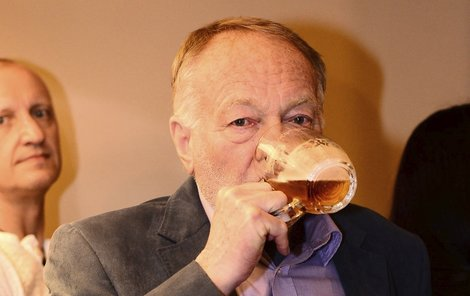 Panáčka zalil Luděk Sobota vychlazeným pivem.