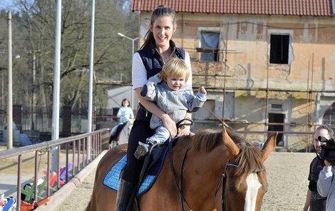 Jana Bernášková se synem na koni