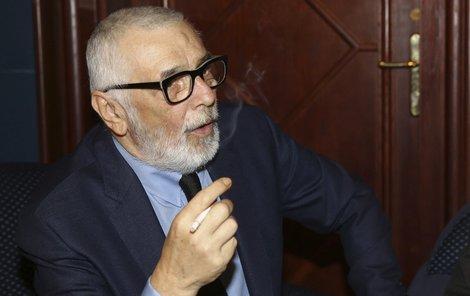 Jiří Bartoška kouřil během večera jako před nemocí.