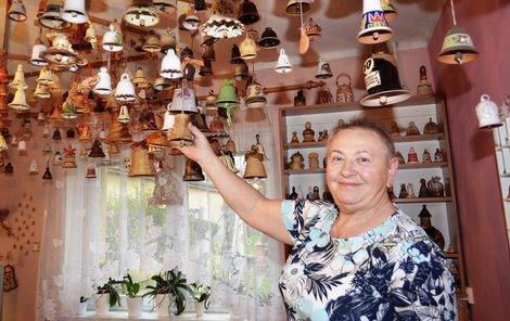 Věra Syrová (69) má strop v obýváku samý zvoneček.