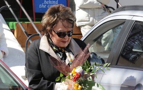 Jiřina Bohdalová a její kytička pro zesnulého kamaráda.